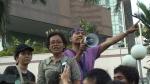 Korlap aksi Vivi Widyawati (aktivis perempuan liberal) dan si Bencong yang sedang orasi