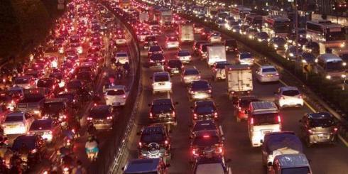 kemacetan-dijalan-tol-malam-hari
