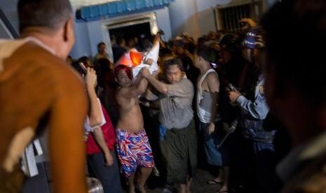 relawan membawa kantong mayat yang berisi jenazah korban