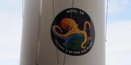 Logo gurita yang tergambar di badan roket peluncur satelit mata-mata AS